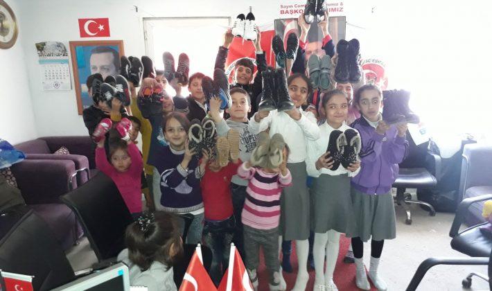 Adana'dan Sağır Su Köyü Orta Okul Ve İlköğretim Okulun Çocuklarına 40 Ayakkabı Hediye