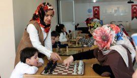 Anneler Çocuklarıyla Birlikte Satranç Öğreniyor