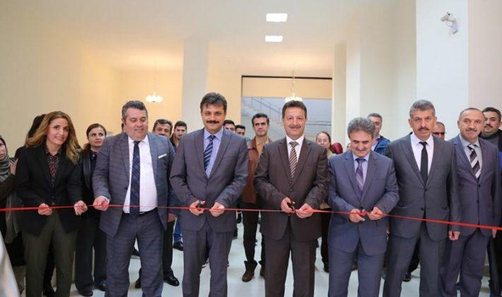"""Siirt Üniversitesinde """"Akkase Ebrular"""" Adlı Serginin Açılışı Yapıldı"""