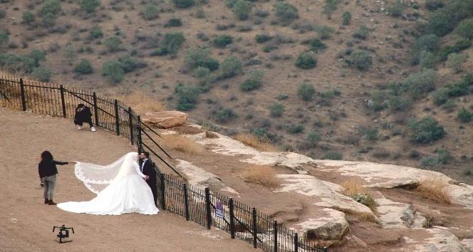 Düğün Fotoğrafı Çektirmek İçin 2 Bin Metreye Çıkıyorlar