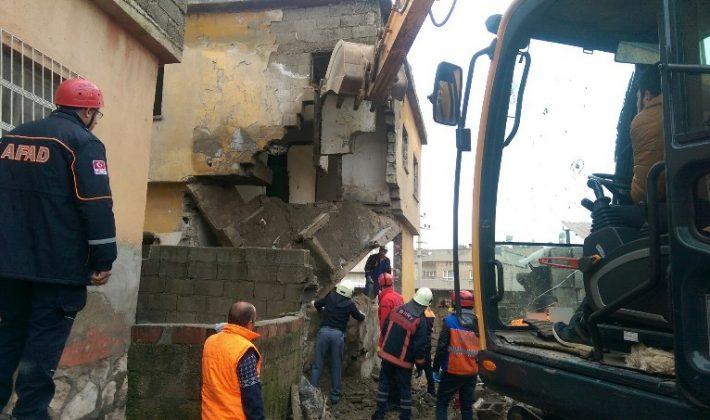 Siirt'te Metruk Binan Çökmesi Sonucu 3 Çocuk Yaralandı