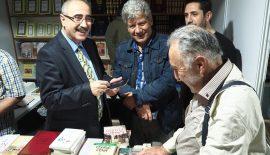 Mehmet Nuri Yardım Sultanahmet Kitap Fuarında kitaplarını imzaladı.