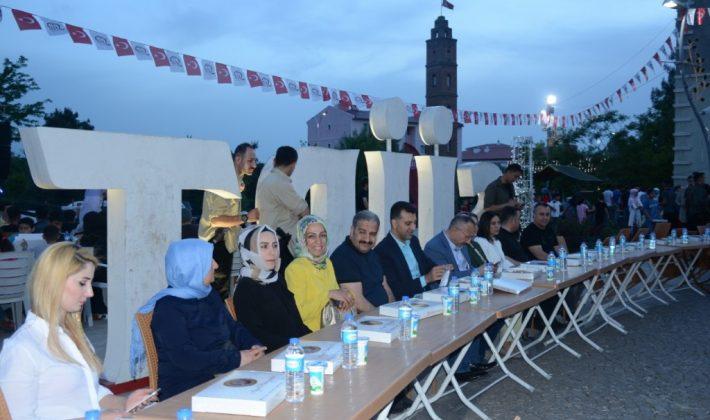 VALİ ATİK, 15 TEMMUZ DEMOKRASİ MEYDANINDA VATANDAŞLARLA İFTAR'DA BİR ARAYA GELDİ