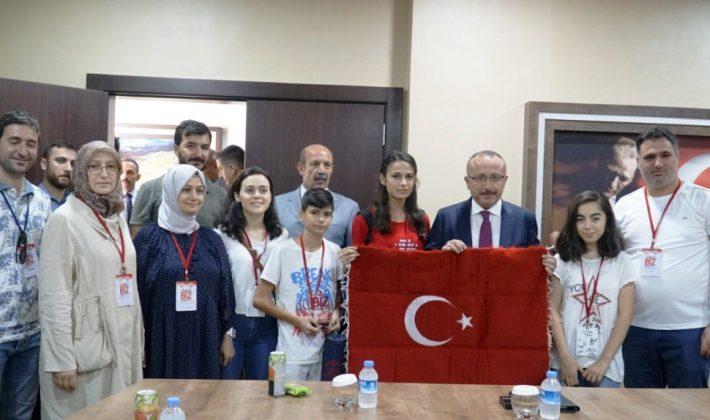 """""""BİZ ANADOLUYUZ"""" GENÇLERİ, VALİ ALİ FUAT ATİK'İN KONUĞU OLDULAR"""