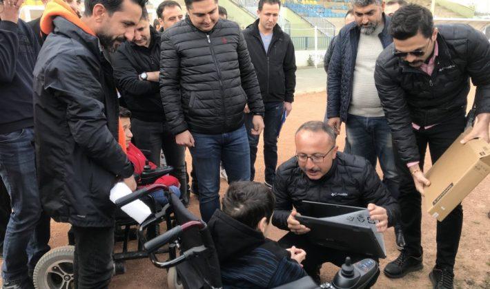 Vali Atik, Üç Bedensel Engelli Çocuğu Sevindirdi